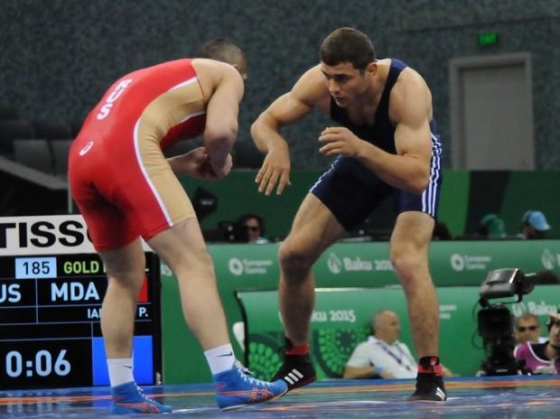Moldoveanul Petru Ianulov (dreapta) în duel cu medaliatul cu aur - Abdulrashid Sadulaev (Rusia)  Foto: Ministerul Tineretului și Sportului